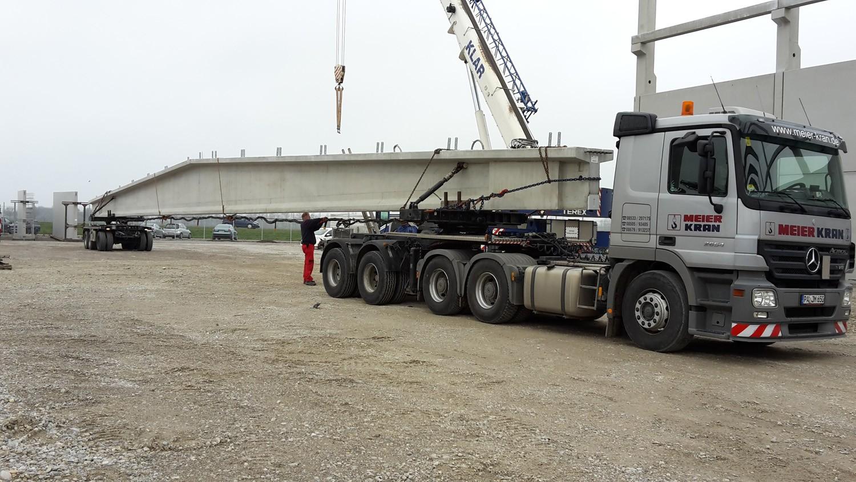 Transport von übergroßen Dachträgern aus Beton