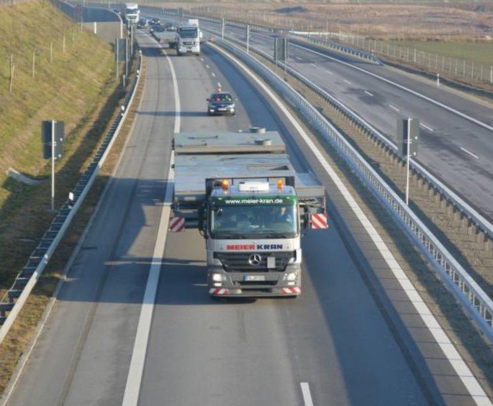 Schwertransport von Betonwänden auf der Autobahn